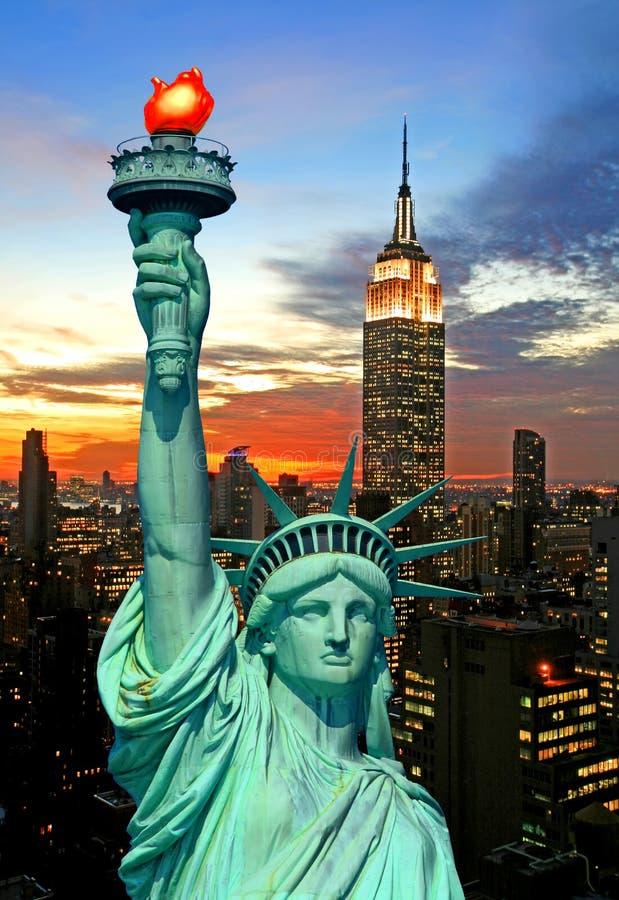 La statue de l'horizon de liberté et de New York City photographie stock libre de droits