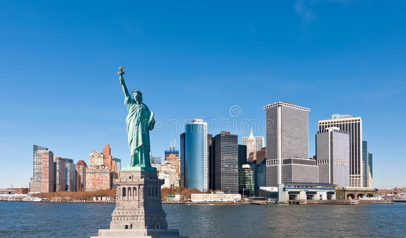 La statue de l'horizon de liberté et de New York City image stock
