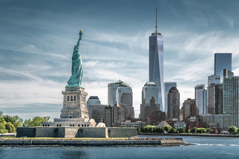 La statue de la liberté avec un fond de World Trade Center, points de repère de New York City photographie stock