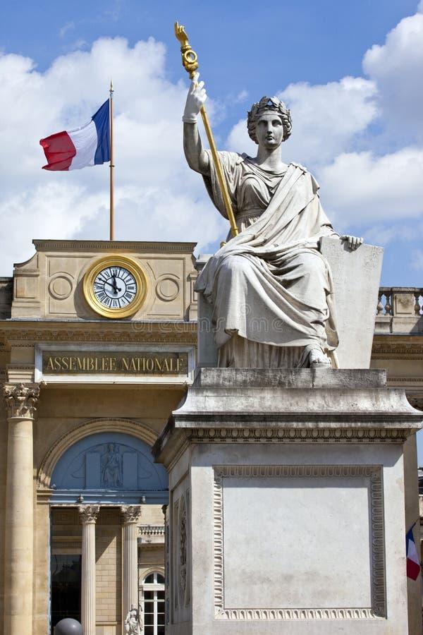 La Statue de la Loi fuori del Palais Bourbon a Parigi immagini stock libere da diritti