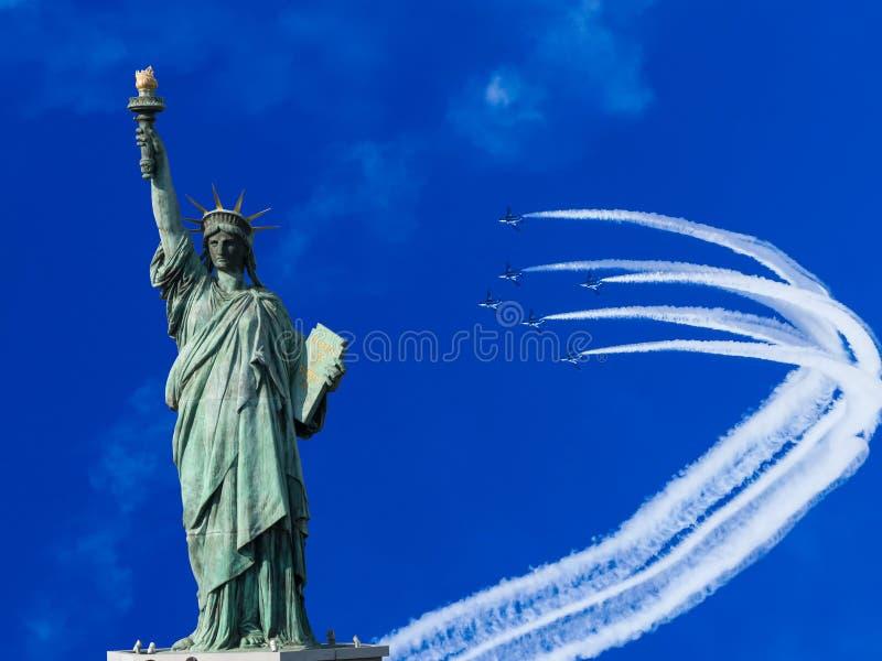 La statue de la liberté à l'arrière-plan de ciel bleu image stock