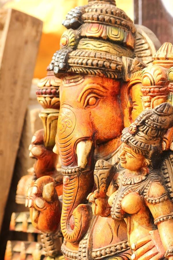 La statue de Lord Ganesha avec la déesse Ridhi Siddhi, prient le concept photo stock