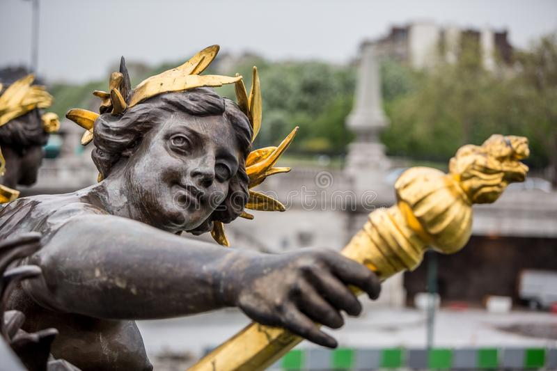 La statue de nymphe sur le pont d'Alexandre III à Paris, France photo stock