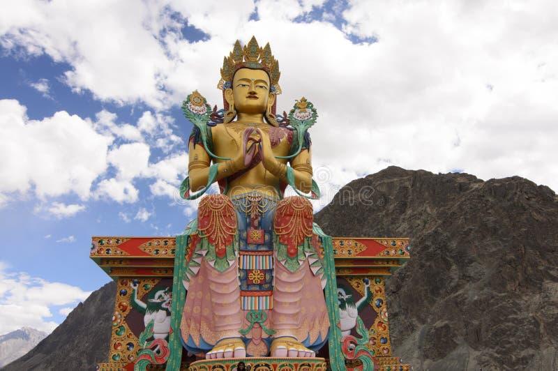 La statue du Bouddha à l'entrée du monastère de Diskit vaut la visite photographie stock