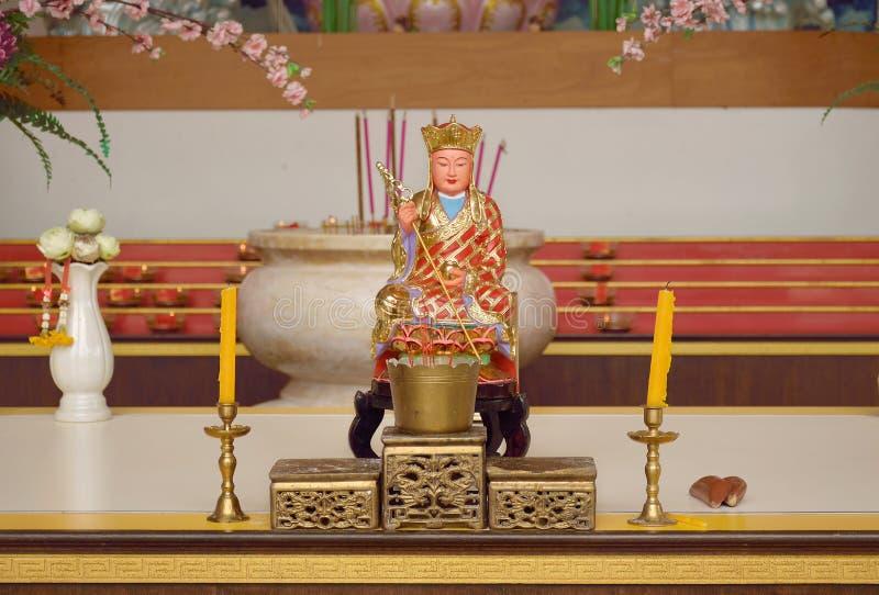 La statue du moine chinois et l'ensemble de changent la table photos stock
