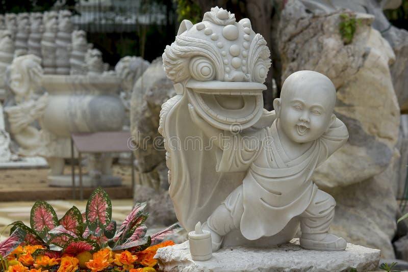 La statue du prêtre chinois a découpé du marbre blanc photographie stock libre de droits