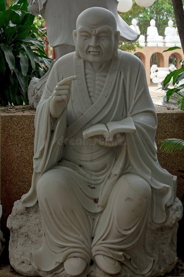 La statue du prêtre chinois a découpé du marbre blanc photos libres de droits