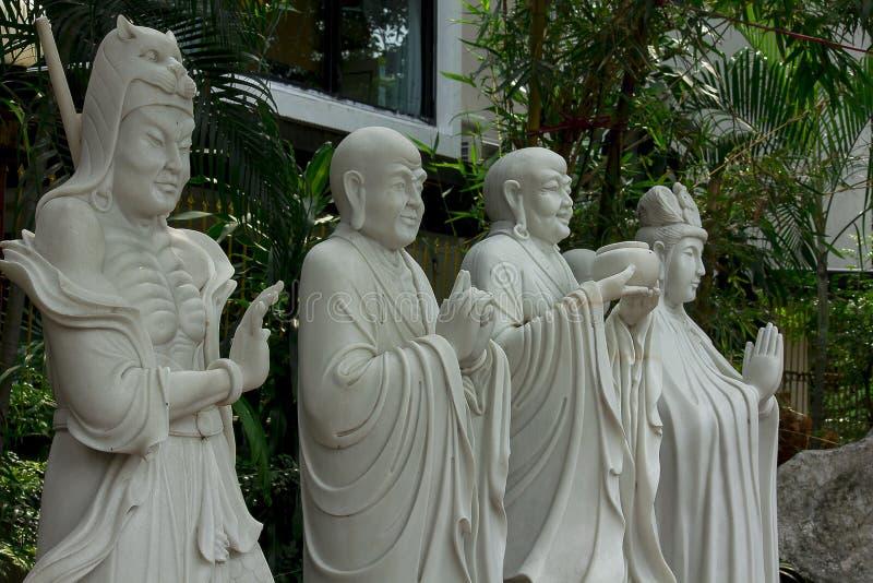 La statue du prêtre chinois a découpé du marbre blanc images libres de droits