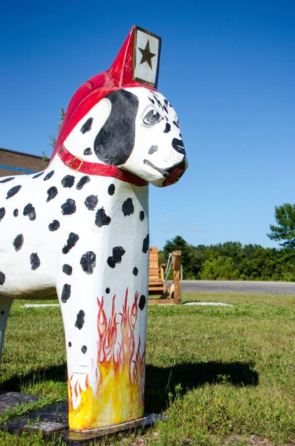La statue en bois de cheval peinte par chien de Dalmation Dala se repose en dehors du corps de sapeurs-pompiers de Scandia photos libres de droits