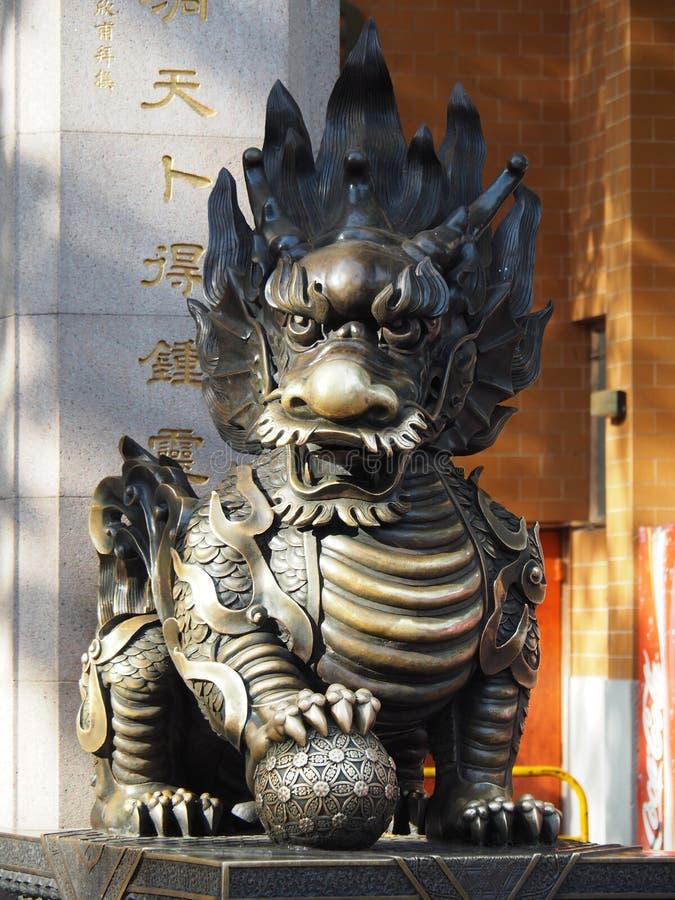 La statue en bronze d'un dragon chinois près du Wong Tai Sin Temple en Hong Kong image libre de droits