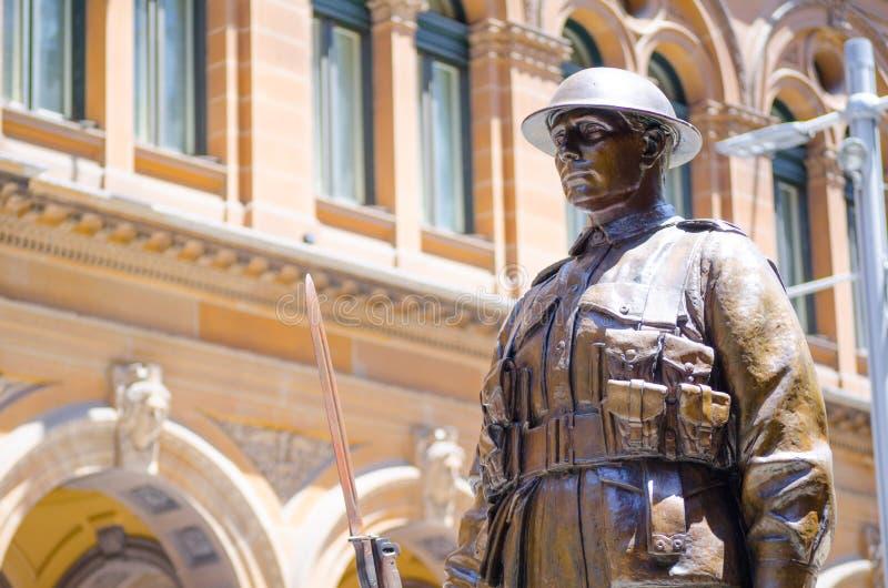 La statue en bronze de soldat au ` de cénotaphe de ` de mémorial de guerre est située en Martin Place photographie stock libre de droits