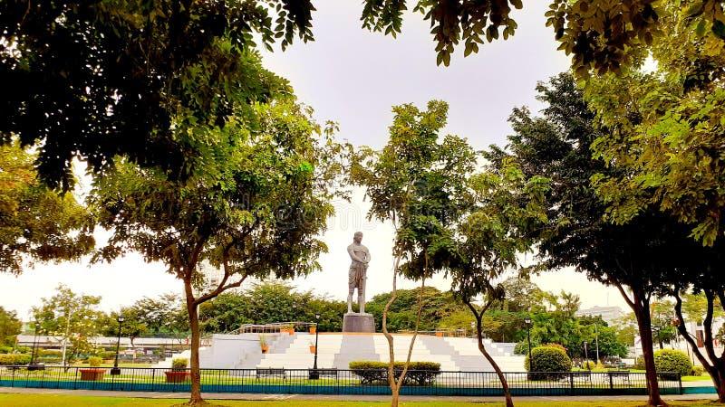 La statue géante en bronze de 12 mètres du héros musulman Lapu-lapu à Luneta image stock