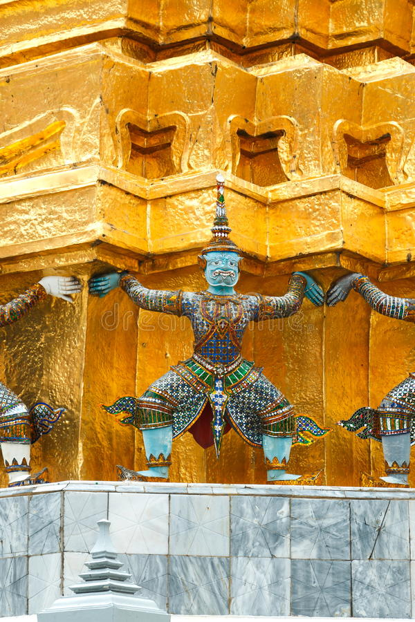 La statue géante, la statue géante soutenant la pagoda d'or sur le palais grand dans le temple de Phra Kaew, Bangkok Thaïlande image libre de droits