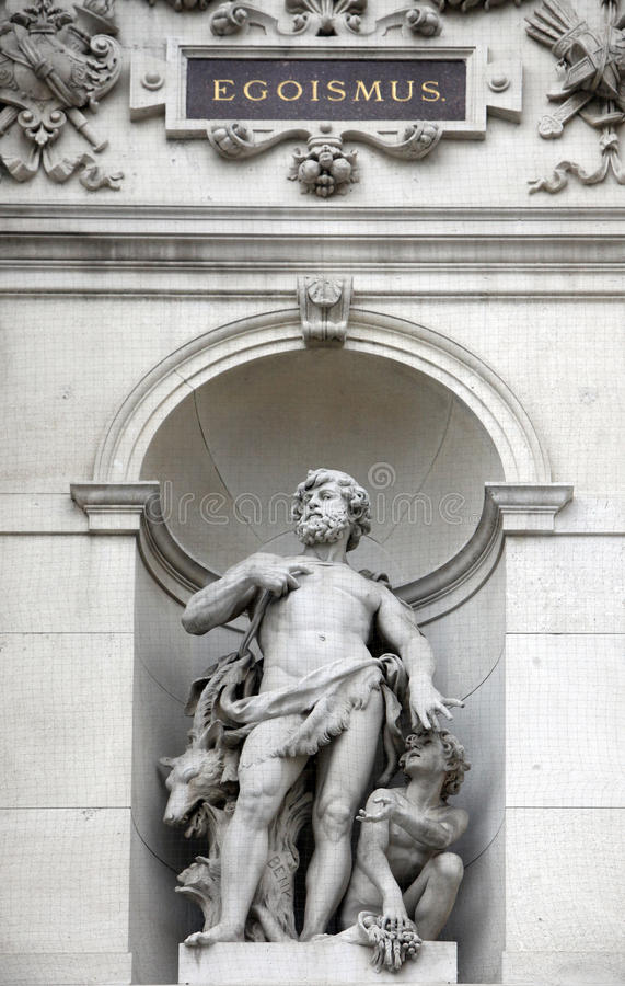 La statue montre une allégorie d'égoïsme, Burgtheater, Vienne photos libres de droits