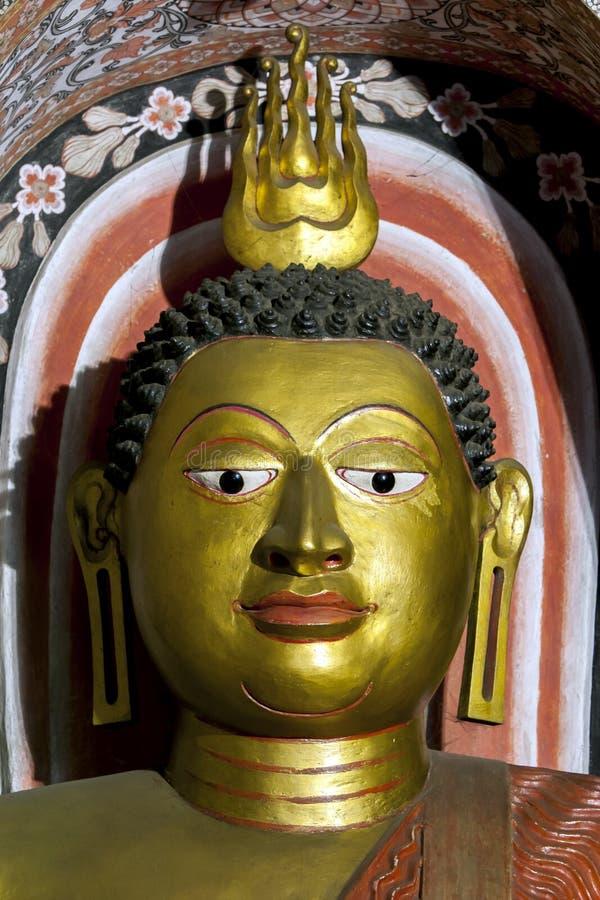 La statue posée de Bouddha dans la Chambre d'image du Sri Lankathilaka Rajamaha Viharaya chez Rabbegamuwa dans Sri Lanka images libres de droits