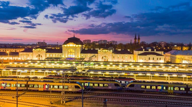 La stazione di ferrovia in Tarnow, Polonia si è illuminata a penombra immagini stock