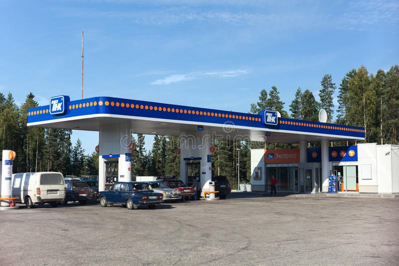 La stazione di servizio vende i lubrificanti del motore e del combustibile per gli autoveicoli in legno careliano fotografia stock