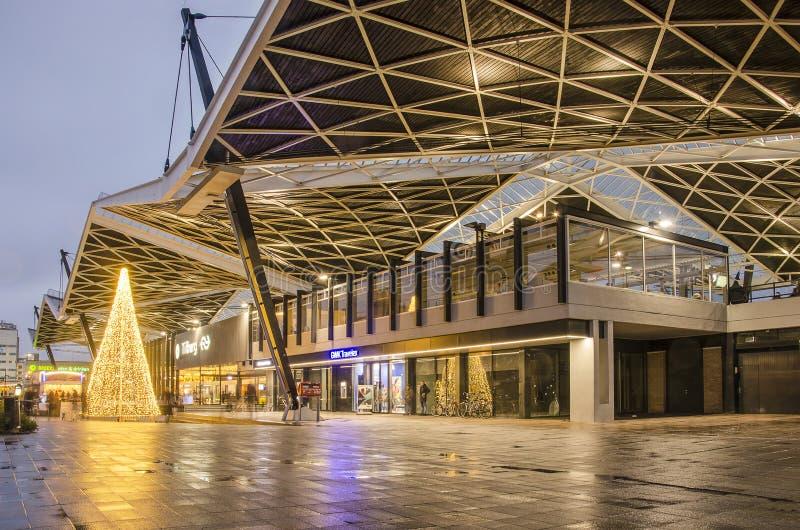 La stazione di Tilburg all'ora blu immagini stock