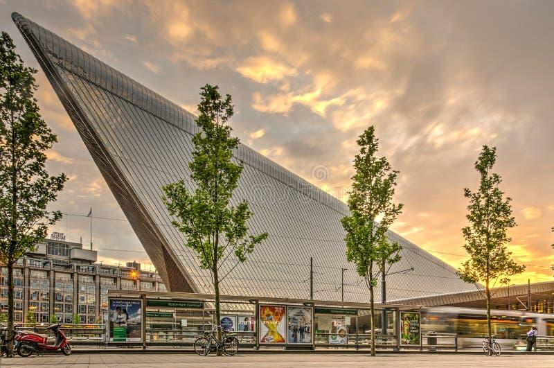 La stazione ferroviaria centrale di Rotterdam, facciata orientale con il tram si ferma fotografie stock