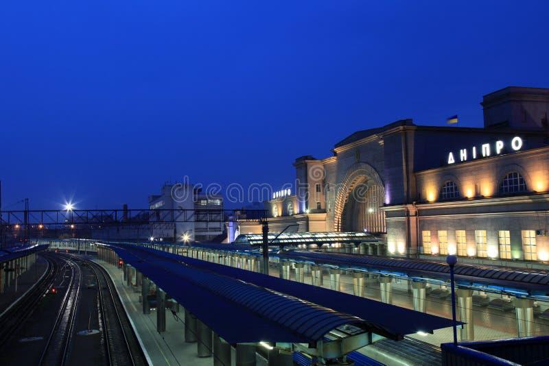 La stazione ferroviaria nella città alla notte, Ucraina di Dnipro fotografie stock libere da diritti