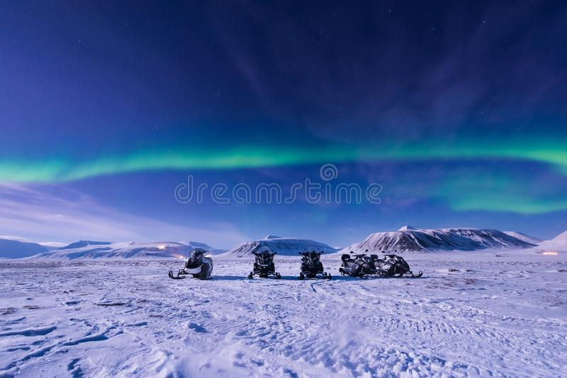 La stella artica polare del cielo di aurora borealis dell'aurora boreale di gatto delle nevi in Norvegia le Svalbard in montagne  immagine stock libera da diritti