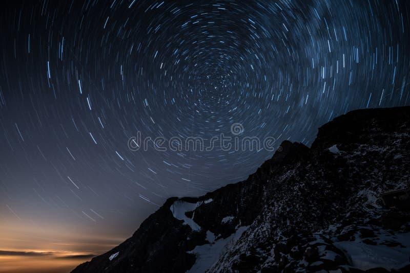 La stella del cielo notturno trascina sopra la montagna di Aiguille de Bionnassay, le alpi, Francia immagine stock libera da diritti