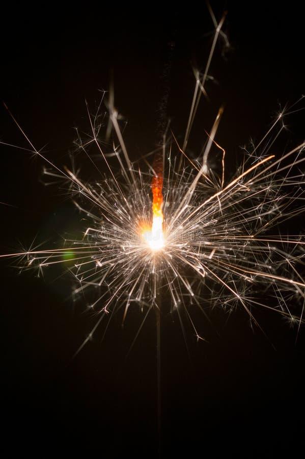 La stella filante del nuovo yea brucia e fa le scintille su un fondo nero immagini stock libere da diritti