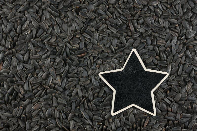 La stella, puntatore, prezzo, etichetta, si trova sui semi di girasole fotografia stock