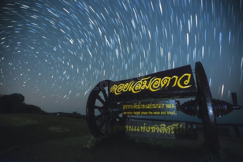 La stella trascina alla scogliera di Pha Hua Sing nella provincia di Nan, Tailandia fotografia stock