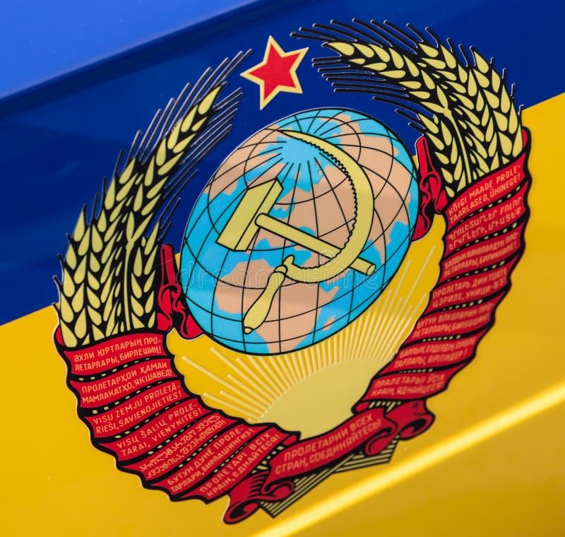 La stemma dell'Unione Sovietica sulla porta di un volante della polizia dell'URSS fotografie stock libere da diritti