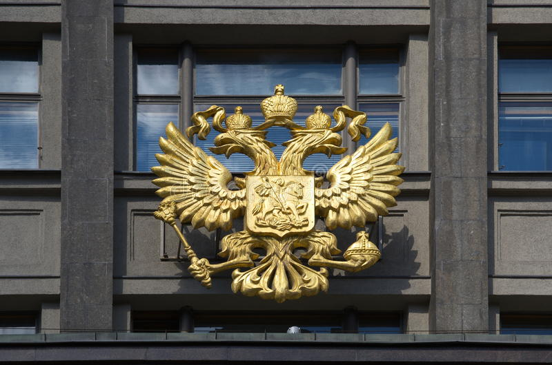La stemma della Russia sulla costruzione della duma di stato, Mosca fotografia stock libera da diritti