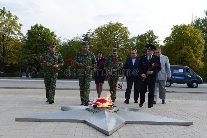 La stenditura fiorisce alla fiamma eterna al memoriale alle protezioni della patria in Kamensk-Shakhtinsky immagini stock libere da diritti