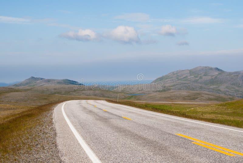 La strada è lontano contro lo sfondo delle colline pietrose immagini stock