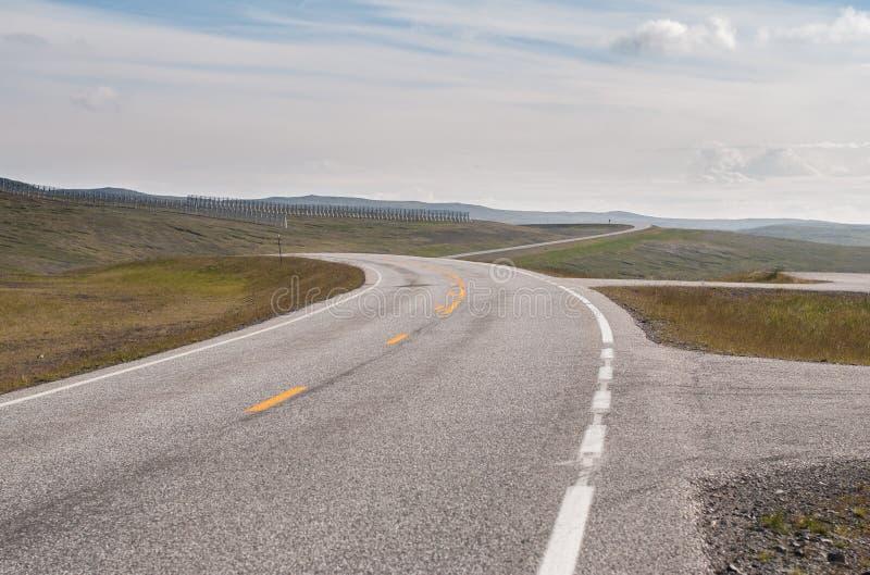 La strada è lontano contro lo sfondo delle colline pietrose fotografia stock
