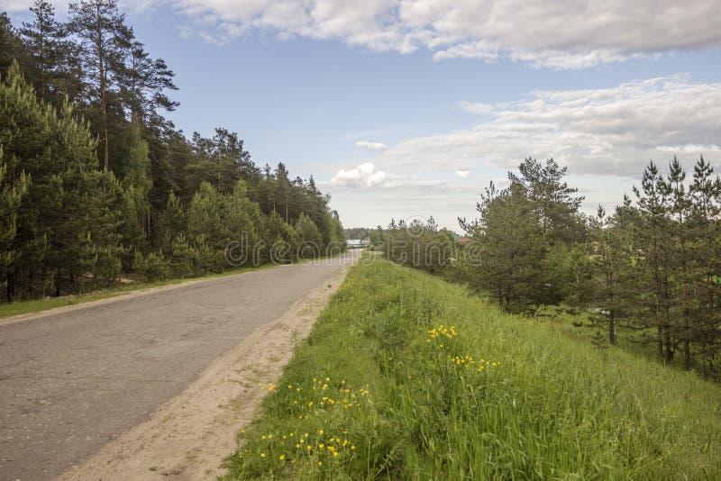 La strada al villaggio fotografie stock libere da diritti