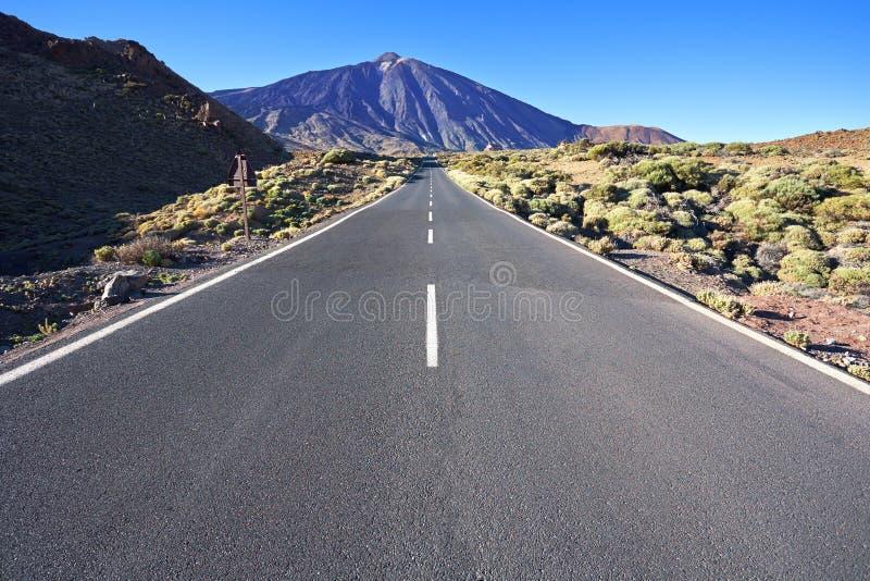 La strada al vulcano Teide all'isola di Tenerife - Spagna color giallo canarino fotografia stock