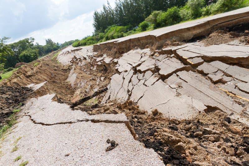 La strada asfaltata è sprofondato e caduto, dallo sprofondare al suolo fotografia stock libera da diritti