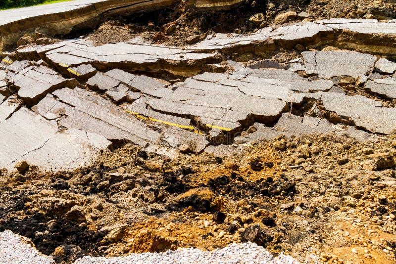 La strada asfaltata è sprofondato e caduto, dallo sprofondare al suolo immagine stock