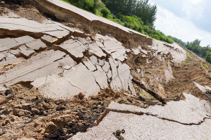 La strada asfaltata è sprofondato e caduto, dallo sprofondare al suolo immagini stock libere da diritti