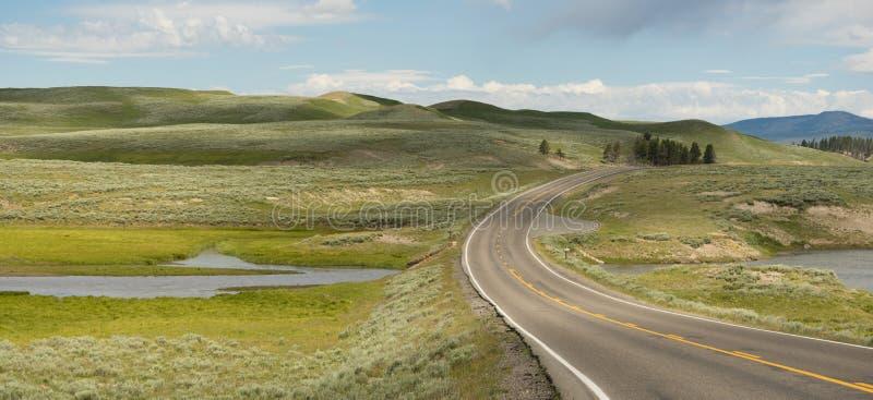 La strada attraversa l'insenatura Yellowstone NP di Antler degli alci immagine stock libera da diritti