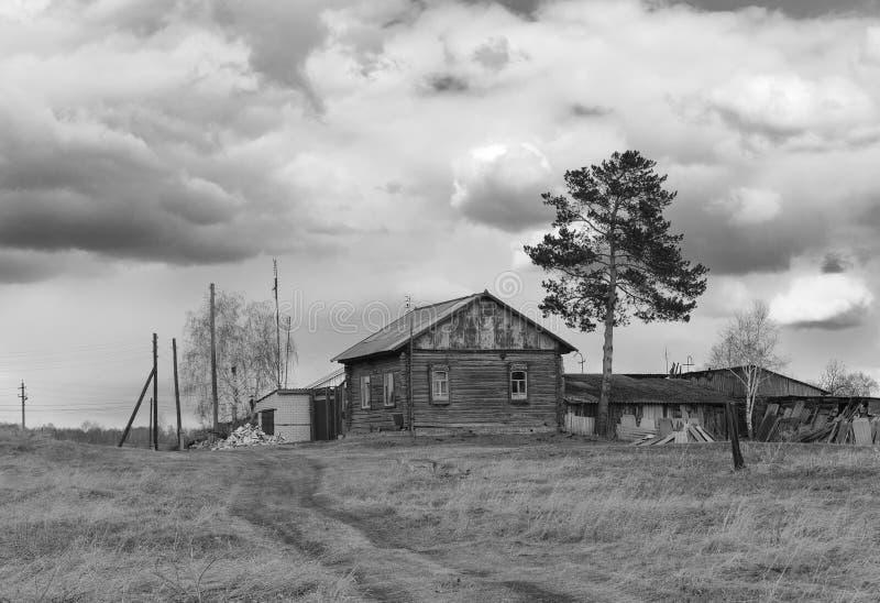 La strada che conduce alla casa di ceppo del villaggio Foto monocromatica immagini stock libere da diritti