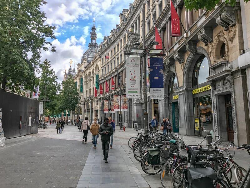 La strada dei negozi Meir a Anversa, Belgio immagini stock libere da diritti