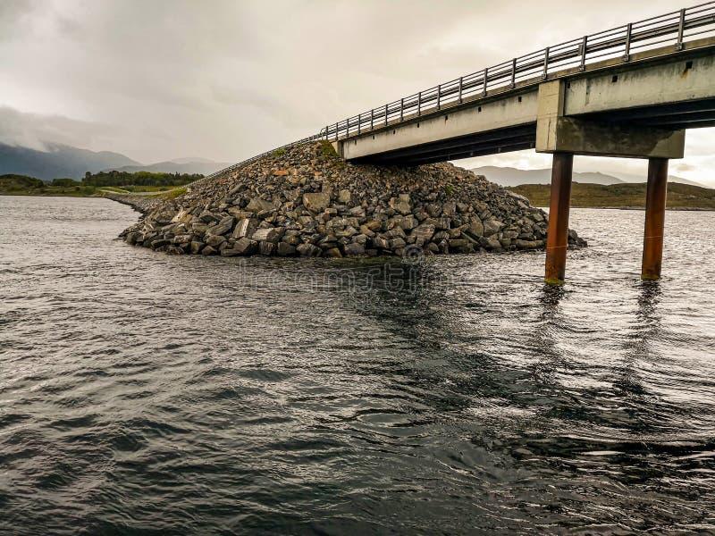 La strada dell'Oceano Atlantico - Atlanterhavsveien in Norvegia Costruzione in Molde fotografia stock libera da diritti