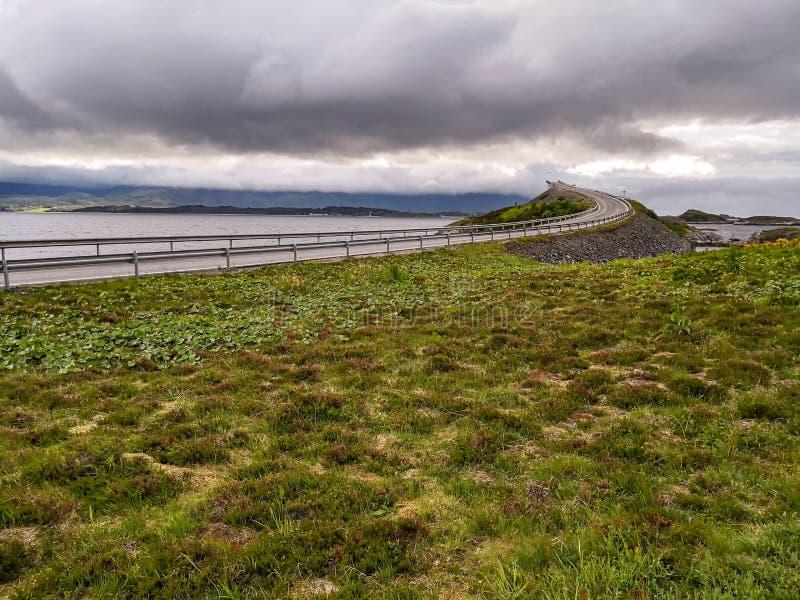 La strada dell'Oceano Atlantico - Atlanterhavsveien in Norvegia Costruzione in Molde fotografia stock