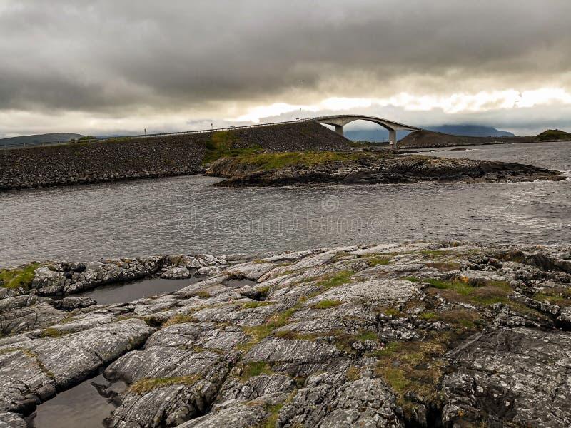 La strada dell'Oceano Atlantico - Atlanterhavsveien in Norvegia Costruzione in Molde immagine stock