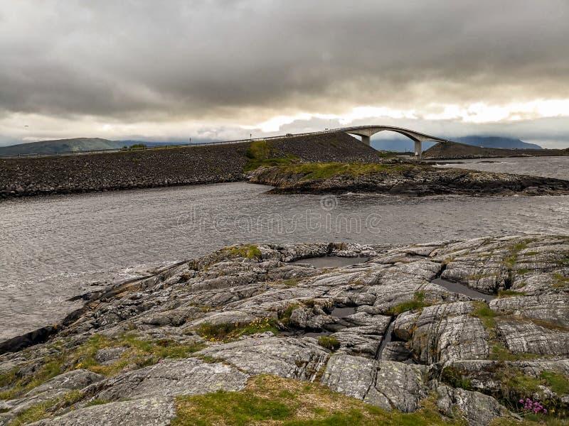 La strada dell'Oceano Atlantico - Atlanterhavsveien in Norvegia Costruzione in Molde immagine stock libera da diritti
