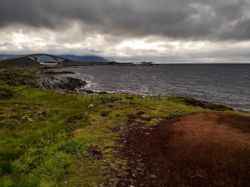 La strada dell'Oceano Atlantico - Atlanterhavsveien in Norvegia Costruzione in Molde immagini stock libere da diritti