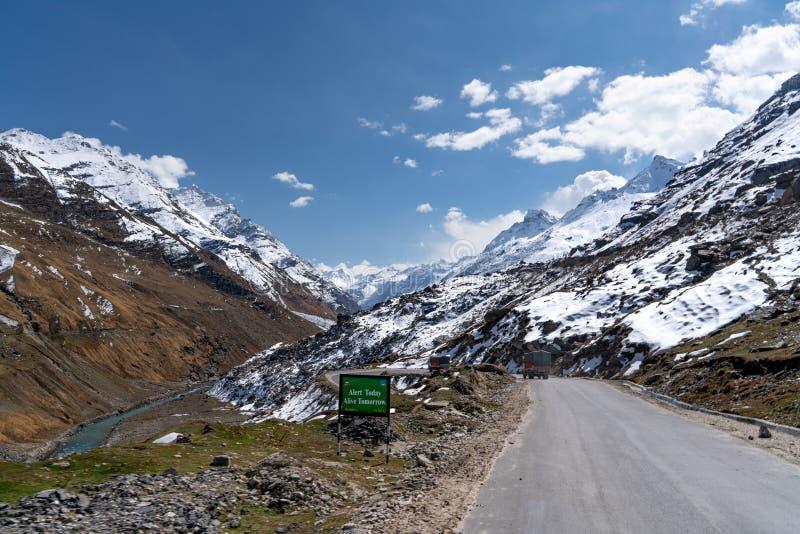 La strada della strada principale nel Jammu e Kashmir fotografie stock libere da diritti