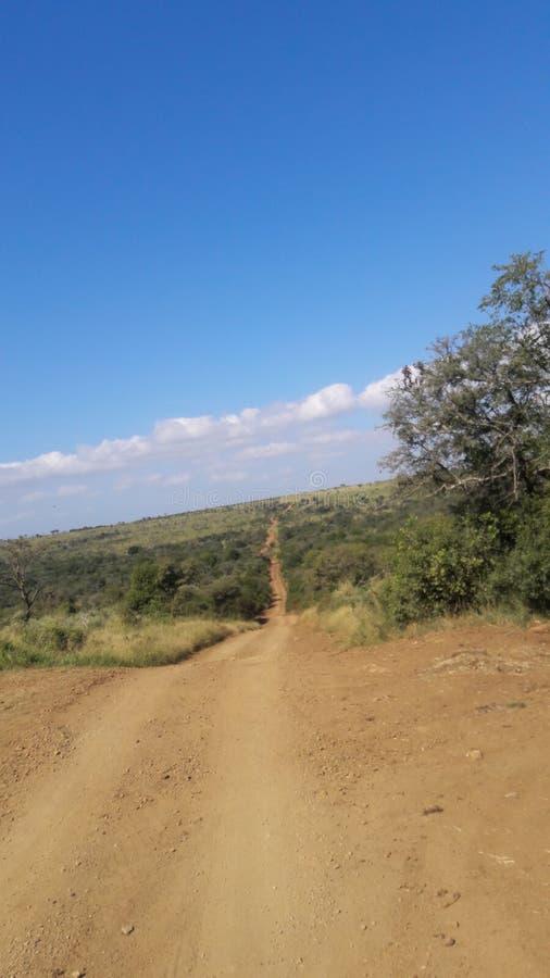 La strada di Gwalagwala a Thanda si unisce a tende e villa fotografia stock libera da diritti
