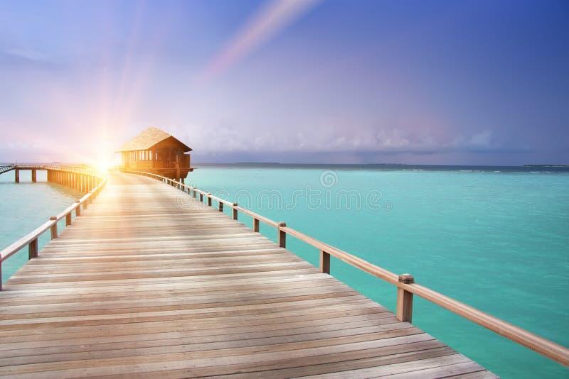 La strada di legno sopra il mare alle casette tradizionali sui mucchi fotografie stock